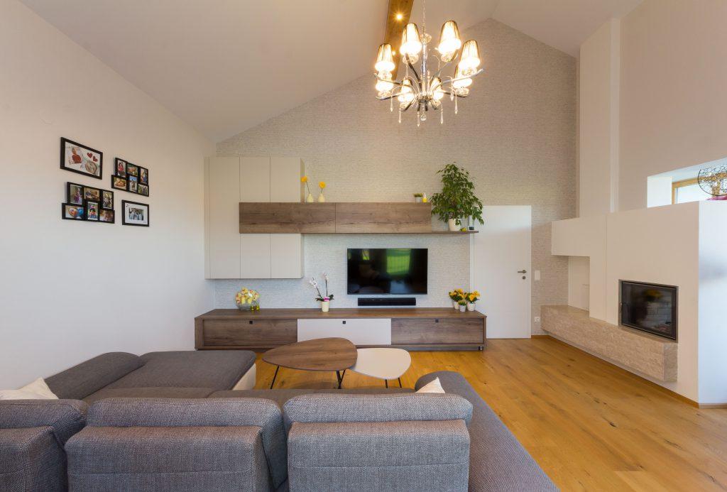weißes modernes Wohnzimmer mit Parekttboden